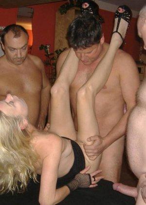 Блондинку окучивают четыре мужика и она старательно всех ублажает, как только умеет - фото 8