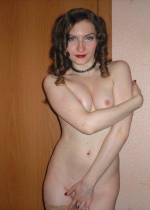 Девушка соглашается на домашнюю эротическую фотосессию, в которой она постепенно раздевается - фото 56