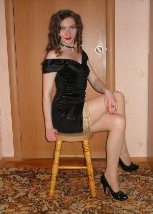 Девушка соглашается на домашнюю эротическую фотосессию, в которой она постепенно раздевается - фото 23
