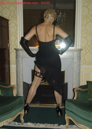 Зрелая роковая блондинка показывает свое хорошо сохранившееся тело с множеством татуировок - фото 11