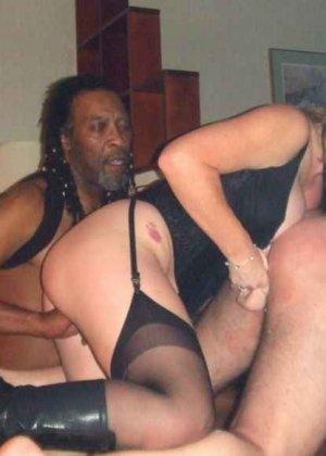 Девушки занимаются интернациональным сексом – им интересно пробовать члены негров и не только - фото 38