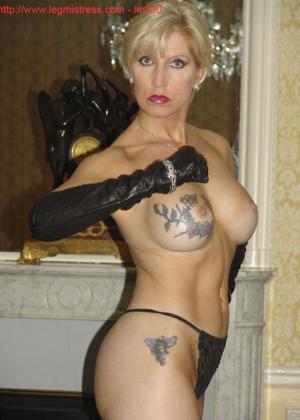Зрелая роковая блондинка показывает свое хорошо сохранившееся тело с множеством татуировок - фото 37