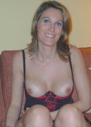 Смелая дамочка хранит большую коллекцию сексуальных фотографий, на которых она показывает всю себя - фото 29