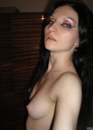 Девушка соглашается на домашнюю эротическую фотосессию, в которой она постепенно раздевается - фото 12