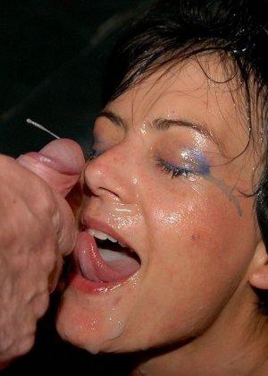 Девушка показывает свою волосатую пизденку, а затем подставляет все щелочки для качественного секса - фото 34