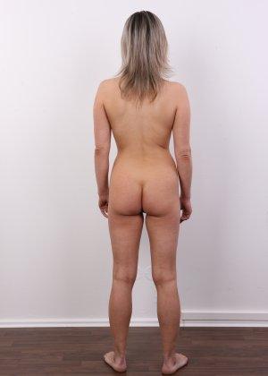 Девушка участвует в фотосессии, чтоб показать своё обнажённое тело перед камерой всем желающим - фото 16