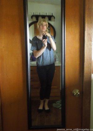 Девушка меняет разное белье перед зеркалом и показывает себя перед камерой, но скрывает лицо - фото 1