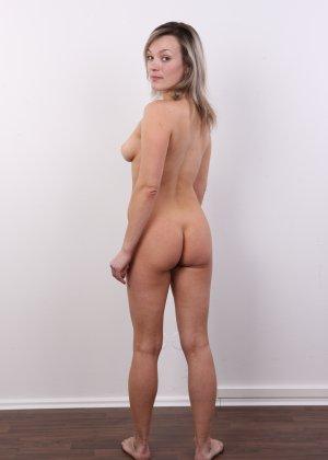 Девушка участвует в фотосессии, чтоб показать своё обнажённое тело перед камерой всем желающим - фото 17