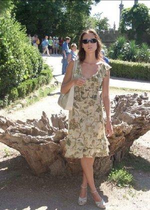 Смелая девушка не стесняется показывать свою фигуру, прогуливаясь по городу в обнаженном виде - фото 1