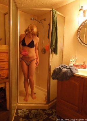 Девушка меняет разное белье перед зеркалом и показывает себя перед камерой, но скрывает лицо - фото 21