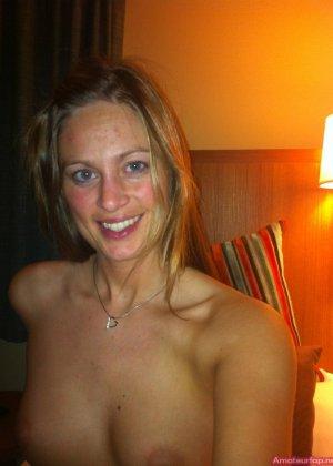 Сексуальная девушка делает откровенные селфи, снимая себя в разных ситуациях, даже с вибраторами - фото 12