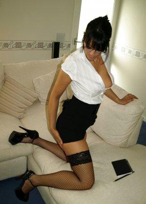 Брюнетка показывает, как она меняет образы – в любом из них она выглядит очень сексуально - фото 62