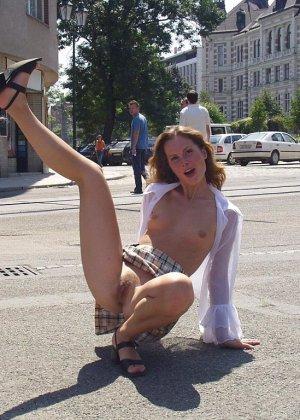 Распутная телочка гуляет по улицам красивого города и при этом оголяется на глазах у шокированного народа - фото 23