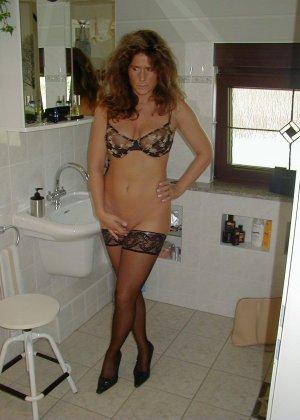 Горячая итальянка выглядит очень сексуально, показывая свое тело в разных комплектах белья - фото 38