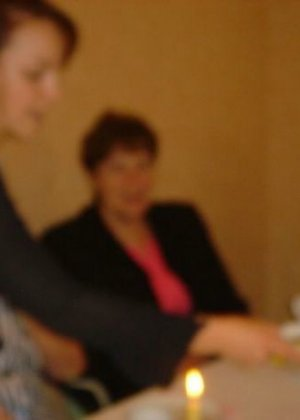 Юлия любит баловаться со своей подружкой – она переодевается в черную сетку, которая соблазнительно выглядит - фото 45