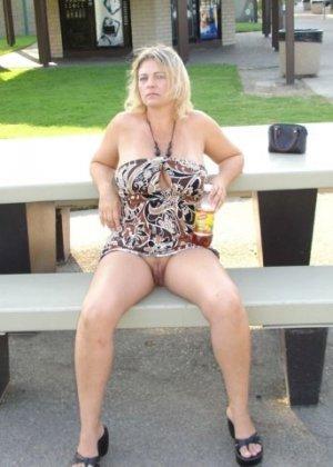 Зрелая пышная женщина показывает свое тело, абсолютно не стесняясь взглядов окружающих - фото 14