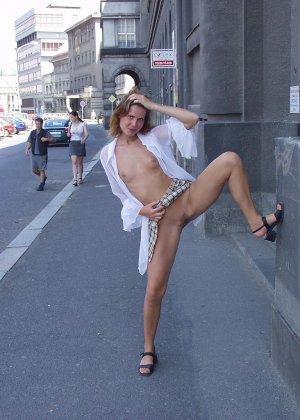 Распутная телочка гуляет по улицам красивого города и при этом оголяется на глазах у шокированного народа - фото 32