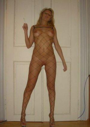Юлия любит баловаться со своей подружкой – она переодевается в черную сетку, которая соблазнительно выглядит - фото 56