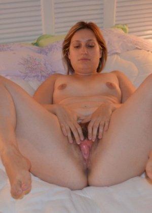 Одна горячая штучка любит делать эротические фото, при этом она пренебрегает использованием бритвы - фото 11