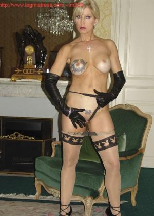 Зрелая роковая блондинка показывает свое хорошо сохранившееся тело с множеством татуировок - фото 38