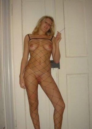 Юлия любит баловаться со своей подружкой – она переодевается в черную сетку, которая соблазнительно выглядит - фото 52