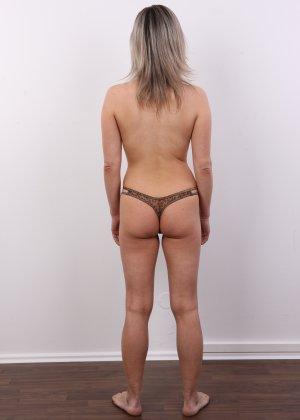 Девушка участвует в фотосессии, чтоб показать своё обнажённое тело перед камерой всем желающим - фото 9