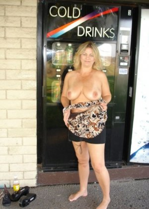 Зрелая пышная женщина показывает свое тело, абсолютно не стесняясь взглядов окружающих - фото 17
