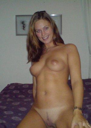 Сексуальная девушка делает откровенные селфи, снимая себя в разных ситуациях, даже с вибраторами - фото 15