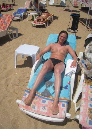 Сексуальная девушка делает откровенные селфи, снимая себя в разных ситуациях, даже с вибраторами - фото 33