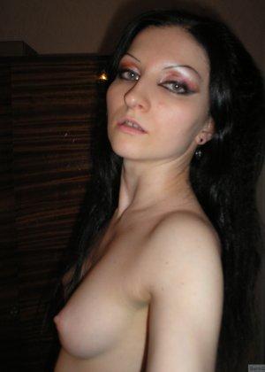 Девушка соглашается на домашнюю эротическую фотосессию, в которой она постепенно раздевается - фото 14
