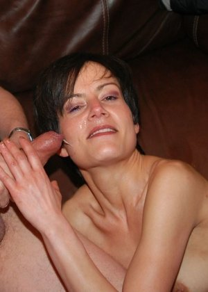 Девушка показывает свою волосатую пизденку, а затем подставляет все щелочки для качественного секса - фото 39