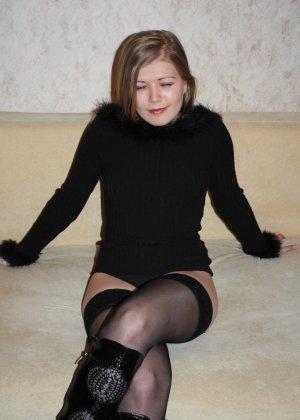 Девушке устраивают домашнюю фотосессию, а она соглашается и послушно выполняет все команды - фото 7