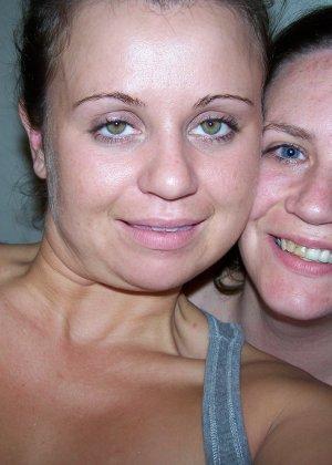 Две сексуальные лесбиянки нежатся друг с другом и снимают себя на камеру в процессе - фото 6
