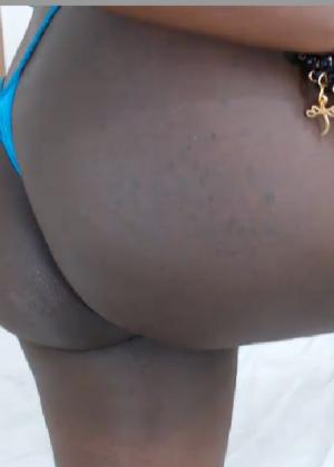 Чернокожая дамочка показывает своё тело, специально принимая откровенные позы - фото 30