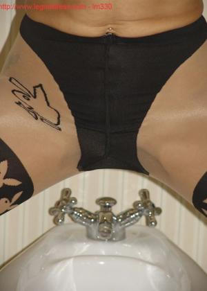 Зрелая роковая блондинка показывает свое хорошо сохранившееся тело с множеством татуировок - фото 41