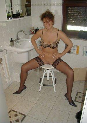 Горячая итальянка выглядит очень сексуально, показывая свое тело в разных комплектах белья - фото 34