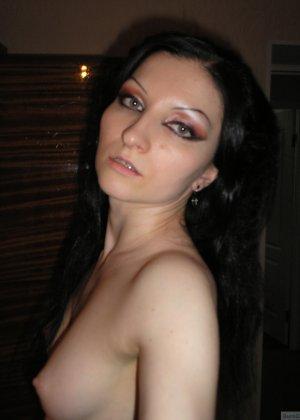 Девушка соглашается на домашнюю эротическую фотосессию, в которой она постепенно раздевается - фото 13