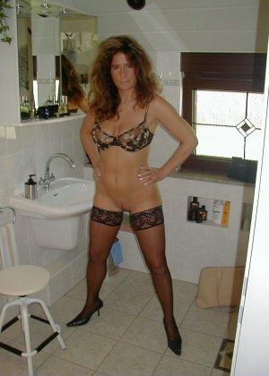 Горячая итальянка выглядит очень сексуально, показывая свое тело в разных комплектах белья - фото 40