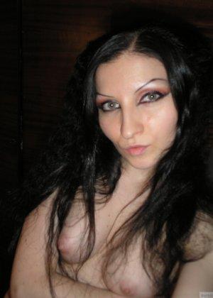 Девушка соглашается на домашнюю эротическую фотосессию, в которой она постепенно раздевается - фото 4