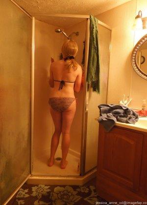 Девушка меняет разное белье перед зеркалом и показывает себя перед камерой, но скрывает лицо - фото 19