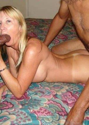 Девушки занимаются интернациональным сексом – им интересно пробовать члены негров и не только - фото 35