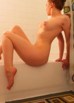 Шикарная телочка любит вставлять в свою пизденку разные предметы и всегда это делает очень эротично - фото 49