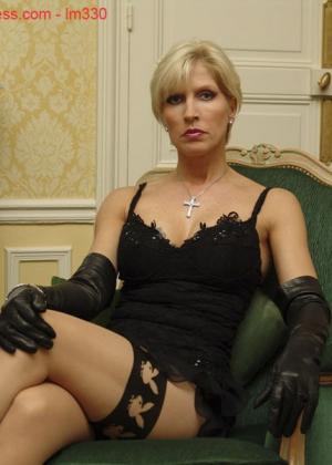 Зрелая роковая блондинка показывает свое хорошо сохранившееся тело с множеством татуировок - фото 12