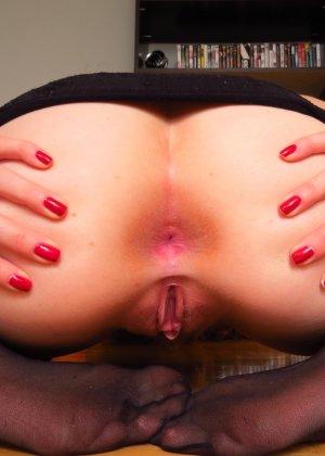 Шикарная телочка любит вставлять в свою пизденку разные предметы и всегда это делает очень эротично - фото 36
