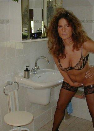 Горячая итальянка выглядит очень сексуально, показывая свое тело в разных комплектах белья - фото 25