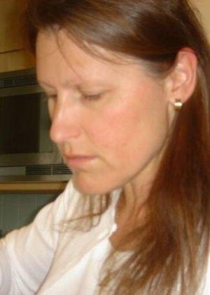 Юлия любит баловаться со своей подружкой – она переодевается в черную сетку, которая соблазнительно выглядит - фото 44