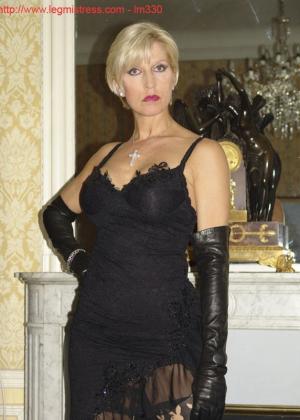 Зрелая роковая блондинка показывает свое хорошо сохранившееся тело с множеством татуировок - фото 8