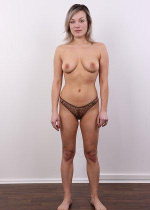 Девушка участвует в фотосессии, чтоб показать своё обнажённое тело перед камерой всем желающим - фото 7