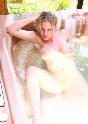 Горячая блондинка шокирует объёмом своей груди - ей действительно есть чем похвастаться - фото 21