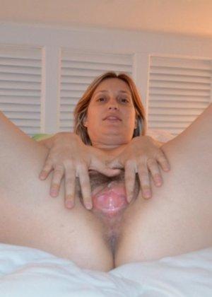Одна горячая штучка любит делать эротические фото, при этом она пренебрегает использованием бритвы - фото 6